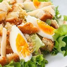 Салат «Цезарь» с курицей.
