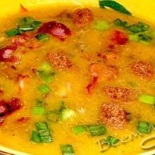 Суп пюре из чечевицы с беконом и грибами.