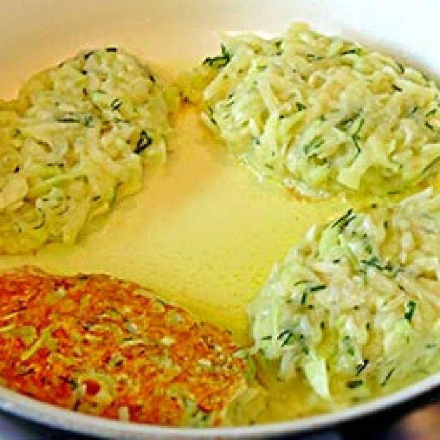 приготовлений оладий из кабачков